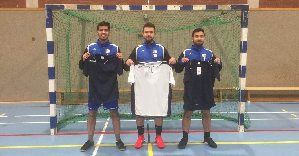 Qutaiba, Tareq und Mosaab spenden Aufwärm-T-Shirts